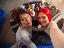 Figlia dell'adulto e della madre divertendosi prendendo divertiresi del selfie Immagine Stock Libera da Diritti