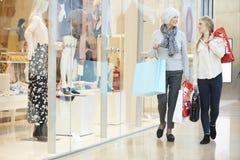 Figlia dell'adulto e della madre nel centro commerciale insieme Fotografia Stock