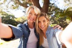 Figlia della donna che prende selfie Immagini Stock Libere da Diritti