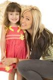 Figlia della madre sia che guarda che sorridere Fotografia Stock