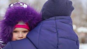 Figlia di Carrying del padre sulle spalle durante la passeggiata della campagna video d archivio
