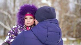 Figlia di Carrying del padre sulle spalle durante la passeggiata della campagna stock footage