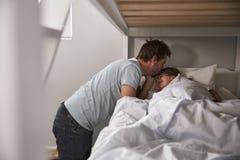 Figlia di Kissing Goodnight To del padre ad ora di andare a letto Immagine Stock Libera da Diritti