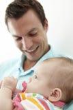 Figlia di Playing With Baby del padre a casa Fotografie Stock Libere da Diritti