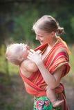 Figlia di trasporto della madre Fotografia Stock Libera da Diritti
