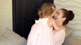 figlia il suo gioco della madre Mamma che huging e che bacia il suo bambino video d archivio