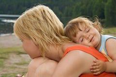 Figlia Smeary che abbraccia madre Fotografia Stock Libera da Diritti