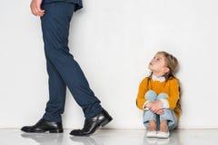 figlia turbata che esamina padre nell'allontanarsi del vestito Immagine Stock Libera da Diritti
