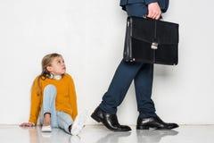 figlia turbata che esamina padre nell'allontanarsi del vestito Fotografie Stock Libere da Diritti