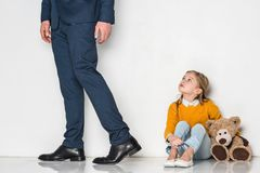 figlia turbata che esamina padre nell'allontanarsi del vestito Fotografie Stock