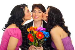 Figlie che baciano madre Fotografie Stock