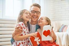 Figlie che si congratulano pap? fotografia stock libera da diritti