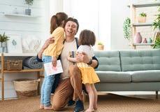 Figlie che si congratulano pap? immagine stock libera da diritti