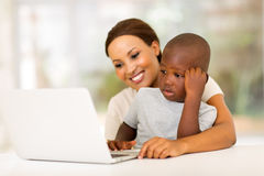 Figlio africano del computer portatile della donna Fotografia Stock
