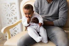Figlio afroamericano del bambino della corsa di Playing With Mixed del padre a casa Fotografia Stock Libera da Diritti