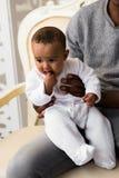 Figlio afroamericano del bambino della corsa di Playing With Mixed del padre a casa Immagini Stock Libere da Diritti