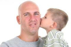 Figlio che bacia papà sulla guancica immagine stock libera da diritti