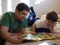 Figlio con il padre Fotografia Stock Libera da Diritti