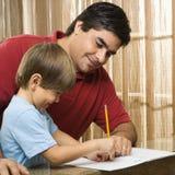 Figlio d'aiuto del papà. Immagine Stock