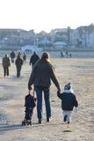 Figlio del bambino e della giovane donna sulla spiaggia in inverno Fotografia Stock