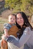 Figlio del bambino e della madre all'aperto Fotografia Stock