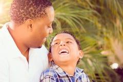 Figlio della corsa mista e padre Talking Outdoors dell'afroamericano immagini stock libere da diritti