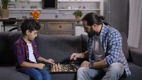 Figlio di insegnamento del padre di Inetelligent per giocare scacchi archivi video