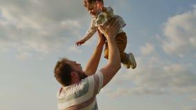 Figlio di lancio del padre in aria Movimento lento archivi video