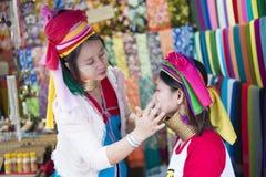 FIGLIO DI MAE HONG, TAILANDIA - 28 DICEMBRE 2015: donne dal collo lungo Fotografie Stock Libere da Diritti