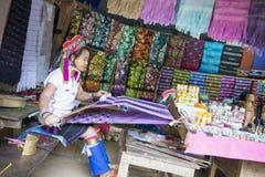 FIGLIO DI MAE HONG, TAILANDIA - 28 DICEMBRE 2015: donne dal collo lungo immagini stock