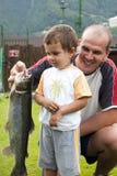 figlio di pesca del padre Immagine Stock