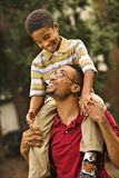 Figlio di trasporto del papà fotografia stock libera da diritti