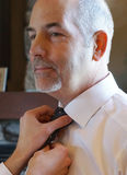 Figlio diritto dell'uomo maturo che lega cravatta Fotografia Stock