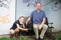 Figlio e cane del padre fotografie stock