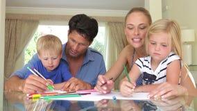 Figlio e madre d'aiuto del padre video d archivio