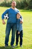 Figlio e padre al campo di football americano fotografia stock