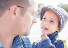 Figlio e padre che si guardano occhi Fotografia Stock
