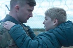 Figlio e padre militare fotografia stock libera da diritti
