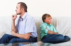 Figlio e papà che hanno litigio domestico Fotografia Stock