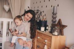 Figlio felice del bambino e della madre che gioca insieme a casa Interno felice di concetto di stile di vita della famiglia in re Fotografia Stock Libera da Diritti