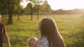 Figlio infantile divertente della giovane madre piccolo nel parco archivi video