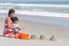 Figlio ispano del ragazzo del bambino e della madre che gioca alla spiaggia Fotografie Stock