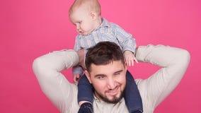 Figlio sorridente di Playing With Baby del padre archivi video