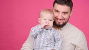 Figlio sorridente di Playing With Baby del padre stock footage
