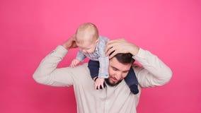 Figlio sorridente di Playing With Baby del padre video d archivio