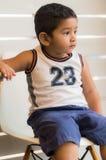 Figlio sulla sedia bianca Fotografie Stock