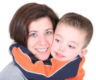 Figlio sveglio d'abbraccio della mamma graziosa Fotografie Stock Libere da Diritti