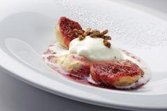 Figo Passito di Pantelleria com gelado e amêndoas do leite imagem de stock