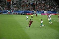 Figo que golpea la bola con el pie - estadio de fútbol, Alemania imagen de archivo libre de regalías