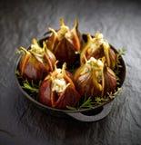 Figos frescos enchidos com queijo, pinhões e ervas de gorgonzola em um prato preto em uma terra escura, de pedra fotografia de stock royalty free